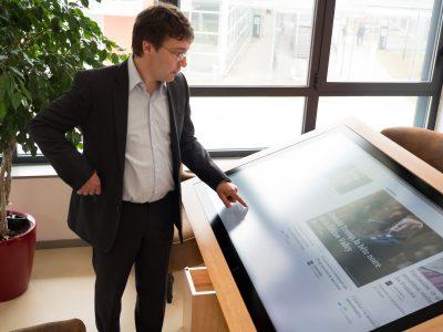 Dimitri Voilmy, responsable du Living Lab ActivAgeing de l'UTT présente la table interactive conçue en collaboration avec les uasgers