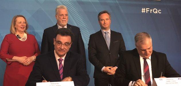 Signature du Pacte Genopole- Genome Québec - Photo : Christine Saint-Pierre, ministre québécoise des affaires internationales (en haut à gauche), Philippe Couillard (en haut au milieu), Jean-Baptiste Lemoyne (en haut à droite), Jean-Marc Grognet, DG de Genopole (en bas à gauche) et Daniel Coderre, PDG de Génome Québec (en bas à droite).