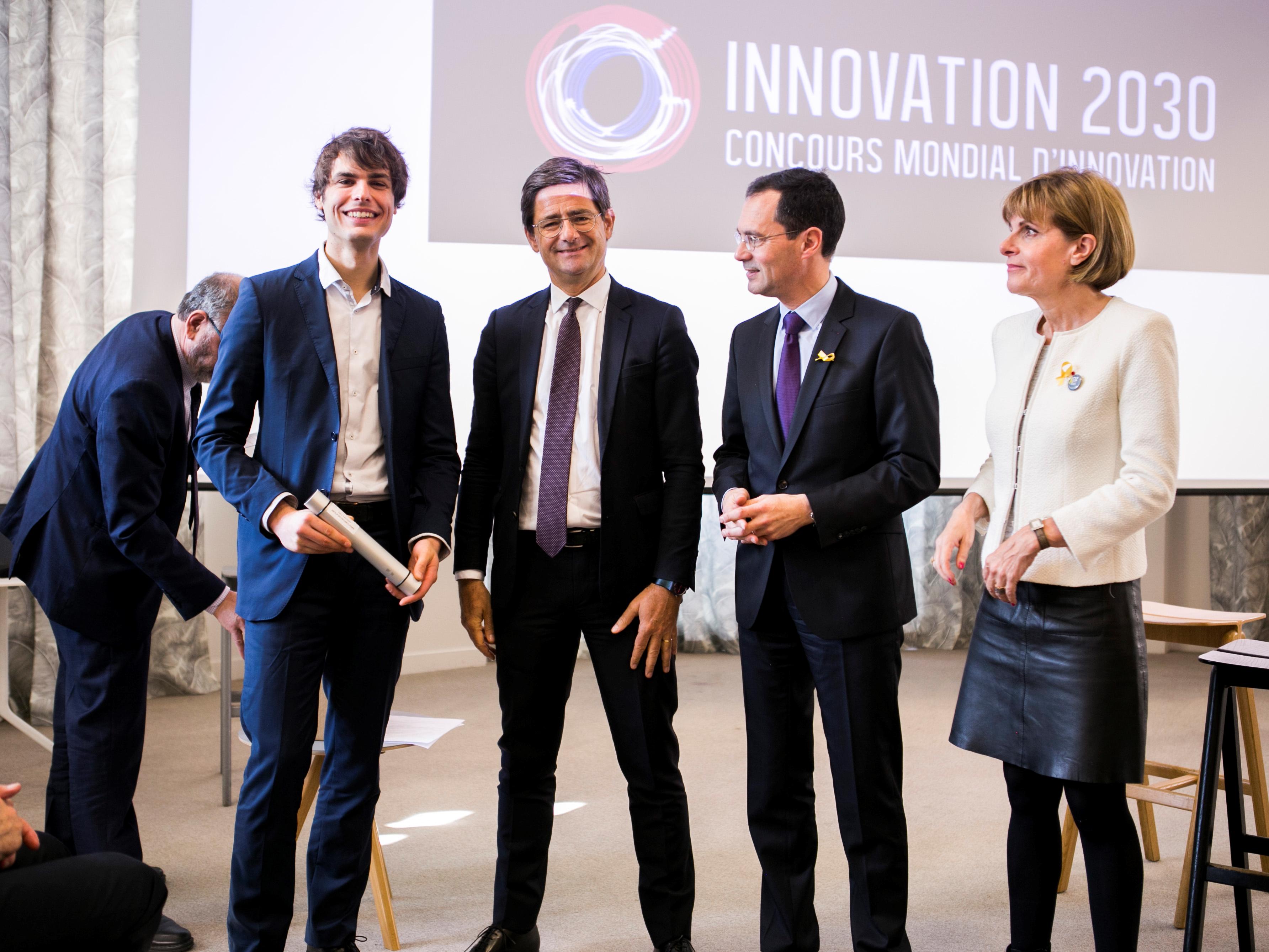 De gauche à droite : Cyrille Pauthenier, président d'Abolis, reçoit le prix le 26 mars remis par Nicolas Dufourcq, PDG de BPI France, Guillaume Boudy, secrétaire général pour l'investissement et Anne Lauvergeon, présidente de la Commission Innovation 2030.